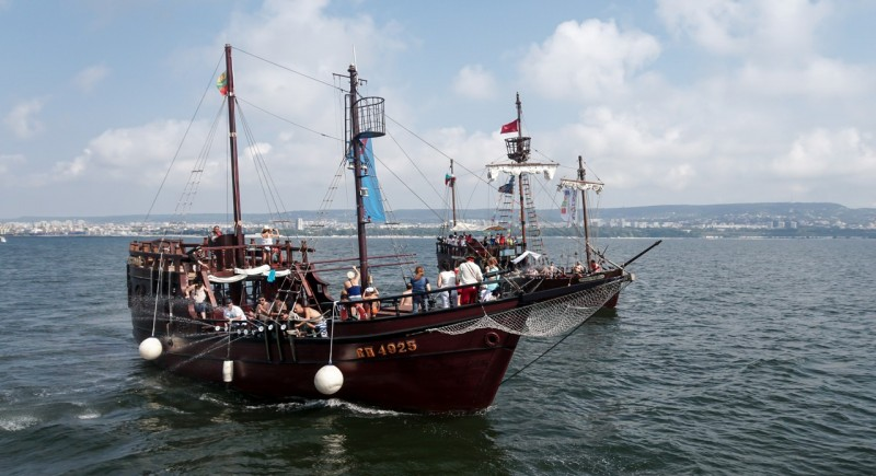 По вълните на Варненски залив